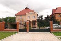 Рис. 10 Комбинированный забор с элементами ковки и кирпича