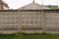 Рис.18 Забор из сплошных бетонных плит